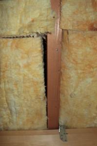 Löcher in Dachboden-Dämmung (Bild)