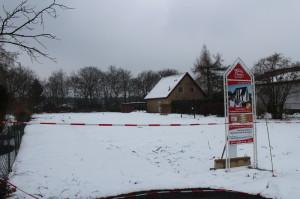 Grundstück im Schnee (Bild)